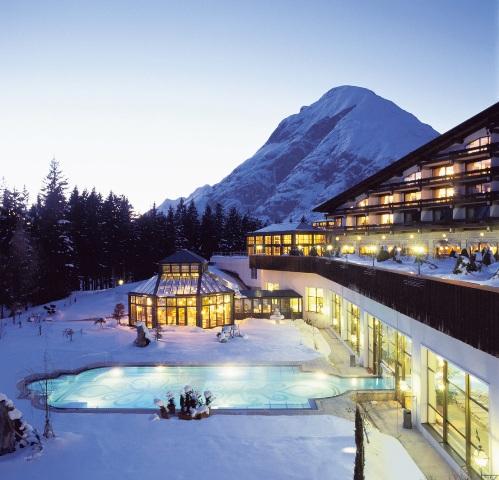 Die Außenansicht des Interalpen Hotel Tyrol im Winter.
